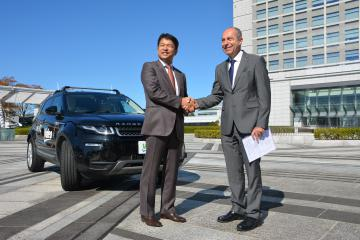 大井川和彦知事を表敬訪問したヴァレオジャパンのアリ・オードバディ社長(右)=水戸市笠原町