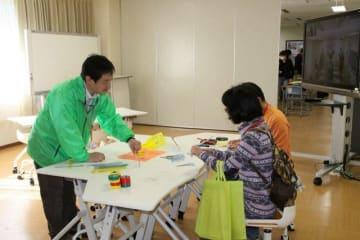 昨年の一般公開イベントで、特別支援教育のための教材に触れる来場者(特総研提供)