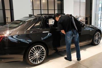 ニューヨークにある米自動車大手ゼネラル・モーターズ(GM)のキャデラックの販売店=10月(ゲッティ=共同)