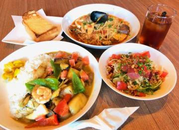具だくさんのグリーンカレー(手前左)と、魚介たっぷりのペスカトーレ(奥右)、マグロサラダとパンのセット
