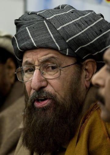 パキスタン・イスラマバードで開かれた記者会見で発言する、「タリバンの父」と呼ばれたサミウル・ハク師=2014年2月(AP=共同)