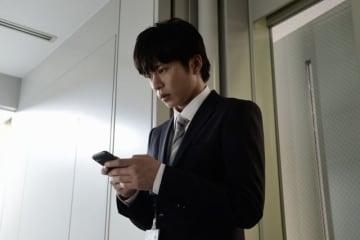 田中圭、スマホを落とす役 - (C) 2018映画「スマホを落としただけなのに」製作委員会
