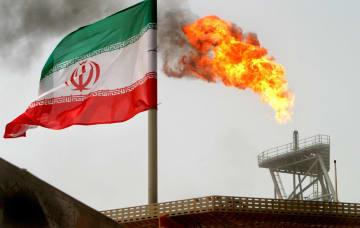 ペルシャ湾にあるイランの石油生産施設と国旗=ハールク島(ロイター=共同)