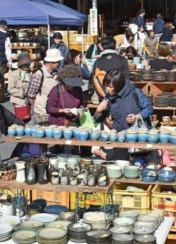 観光客でにぎわった秋の陶器市=2日午前11時10分、益子町益子