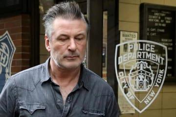 2日、米ニューヨークの警察署を出る、俳優のアレック・ボールドウィンさん(ロイター=共同)