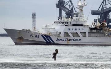 南海トラフ巨大地震を想定した大規模防災訓練で、海上からヘリコプターで救出される漂流者=3日午前、三重県四日市市の四日市港