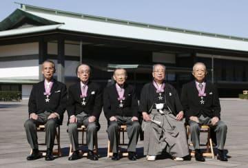 文化勲章の親授式を終え、記念写真に納まる(左から)長尾真さん、一柳慧さん、金子宏さん、今井政之さん、山崎正和さん=3日午前、宮殿・東庭