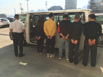 マカオ税関が身柄の拘束に成功した蛇頭及び密航者の5人(写真:澳門海關)