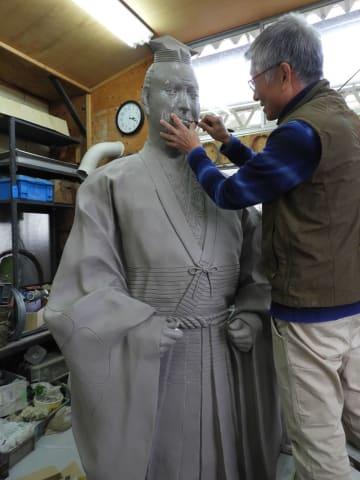 来年5月の設置に向け、制作が進む明智光秀像(亀岡市馬路町)