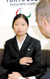 県教委の高橋仁教育長(右)に受賞を報告する盧さん=10月26日、県庁