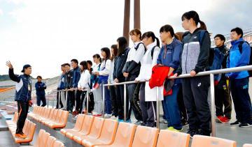 愛媛FCスタッフからホームゲーム運営の説明を受ける愛媛大生
