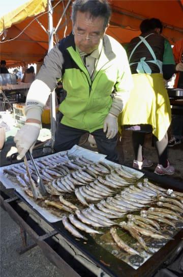「鵡川ししゃもまつり」で販売された焼きシシャモ=3日午後、北海道むかわ町