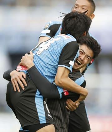 川崎―柏 前半、2点目のゴールを決め、チームメートと抱き合って喜ぶ川崎・谷口(右)=等々力