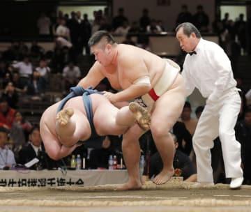 個人戦決勝で東洋大・中嶋亮介(左)を上手投げで破り優勝した中大・菅野陽太=両国国技館