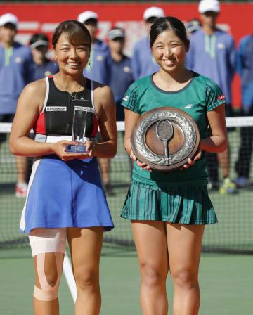女子シングルスで初優勝した清水綾乃(右)と準優勝の沢柳璃子=ITC靱TC