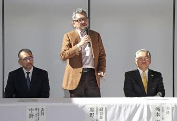 記者会見であいさつする庵野秀明監督(中央)。右は橋本克也・須賀川市長=3日、福島県須賀川市