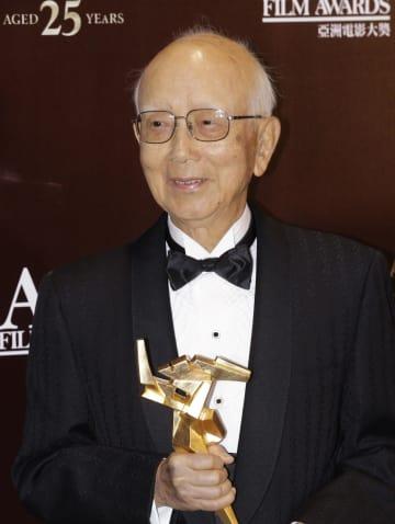 アジア・フィルム・アワードで特別功労賞を受賞した、香港の映画プロデューサーのレイモンド・チョウ氏=2011年3月、香港(AP=共同)