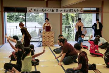 近江神宮で開かれた競技かるたの世界大会=3日午後、大津市
