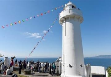 湯島灯台の内部見学に並ぶ観光客ら=上天草市