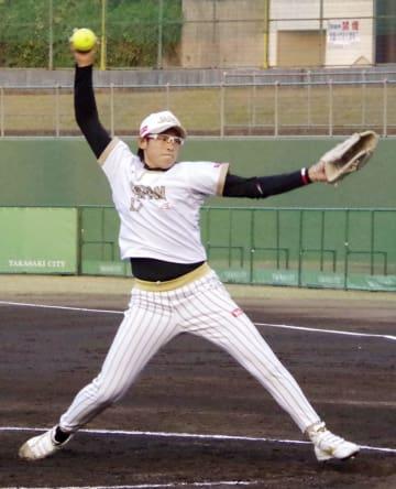 オーストラリア戦で投球する上野=高崎市城南野球場