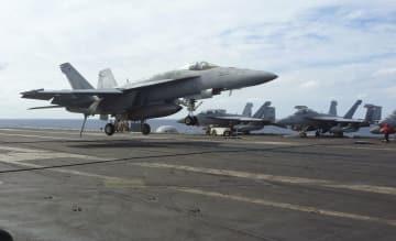 日米共同統合演習で米原子力空母ロナルド・レーガンに着艦する艦載機=3日午後、四国沖の太平洋上