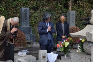 墓前で手を合わせ、坂本弁護士一家の冥福を祈る参列者ら=鎌倉市山ノ内の円覚寺