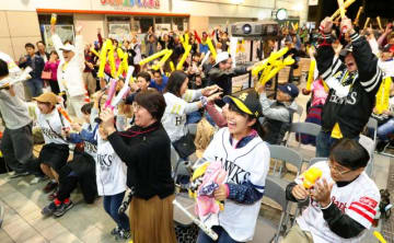 日本シリーズ連覇が決まった瞬間、歓喜に沸くホークスファン=3日午後、宮崎市・宮崎山形屋