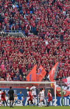 サッカーACL決勝第1戦で鹿島に声援を送るサポーター。カシマスタジアムには約3万5000人の観客が詰め掛けた=3日、鹿嶋市神向寺、菊地克仁撮影
