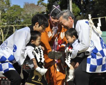 子どもの健やかな成長を願い開かれた鹿島神宮の相撲祭=鹿嶋市宮中