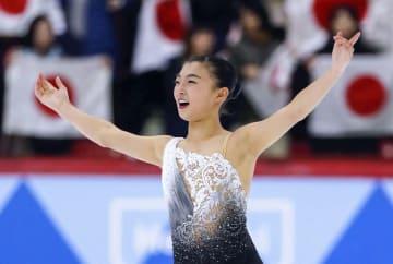 女子フリーの演技を終え、歓声に応える坂本花織=ヘルシンキ(共同)