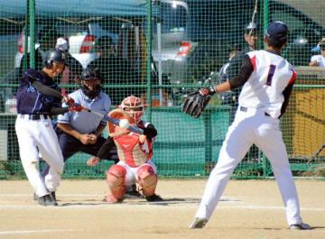 男子決勝・城北対徳島科技 7回、城北2死満塁、松永が中前2点適時打を放つ=吉野川北岸運動場