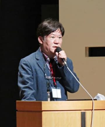 被爆体験者への聞き取り調査について報告する松延さん=長崎原爆資料館ホール