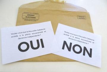 フランスからの独立の是非を問うニューカレドニア住民投票の投票用紙。「はい」(左)か「いいえ」で答える=3日、ヌメア(共同)