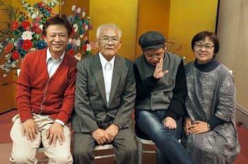 久々に家族で集まった(右から)守永さん、稔さん、父親の勇さん、長男の修さん=山梨県内(守永さん提供)