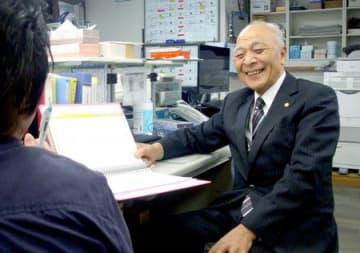 閉館式の準備をする佐藤永久さん=東京都台東区の東京新潟県人会館