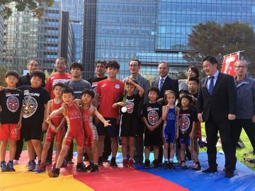 赤坂・青山共育フェスティバルのレスリング教室に参加したキッズ選手と樋口黎選手(中央)