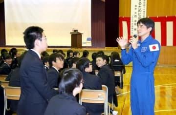 宇宙での生活などについて講演する宇宙飛行士の大西卓哉さん=3日、新潟市中央区