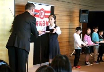 新聞スクラップコンテストで表彰される児童=3日、新潟市中央区