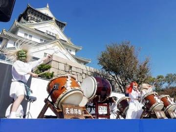 勇壮で荘厳な太鼓を響かせる「天孫降臨霧島九面太鼓」=3日、大阪市中央区の大阪城天守閣前広場