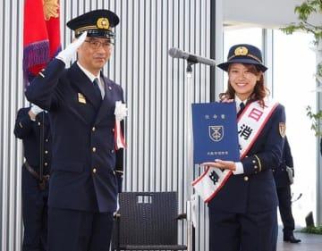 城戸局長(左)から交付された任命書を手にする福本さん=3日、大阪市阿倍野区のあべのハルカス