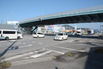 佐野市越名町と同市高萩町の境にある佐野新都市交差点=10月下旬