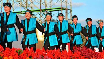 読谷まつりで村のビジョンを歌と踊りで表現した「いちゅいゆんたんざ」が披露された=10月28日、読谷村