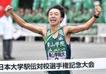 全日本大学駅伝でゴールする青学大のアンカー・梶谷瑠哉。2年ぶり2度目の優勝を果たした=伊勢神宮
