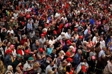 3日、米フロリダ州の空港で開かれたトランプ大統領の集会に集まった支持者(ロイター=共同)
