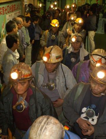 最後の採炭を終え、さまざまな思いを胸に昇坑してきた炭鉱マン=西彼外海町池島、池島炭鉱第二立て坑
