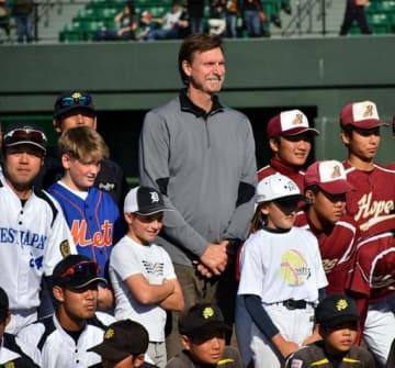 少年野球教室で日米の子どもたちと記念撮影するジョンソン氏(中央)