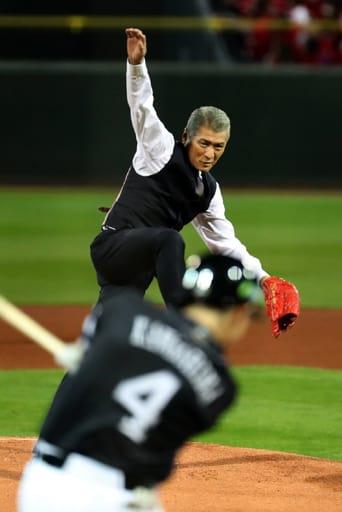 始球式で勢いよくボールを投げる吉川晃司さん