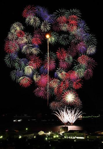 三原市の夜空を彩った二尺玉花火=3日午後7時2分、多重露光
