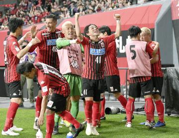 札幌―仙台 後半、ゴールを決め、喜ぶ三好(41)ら札幌イレブン=札幌ドーム