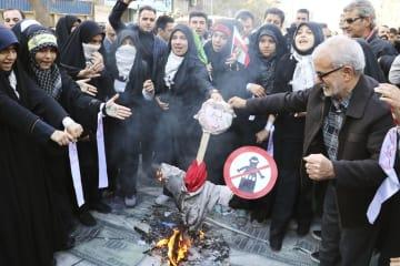 テヘランで開かれた集会で、トランプ米大統領の人形を燃やす参加者ら=4日(共同)